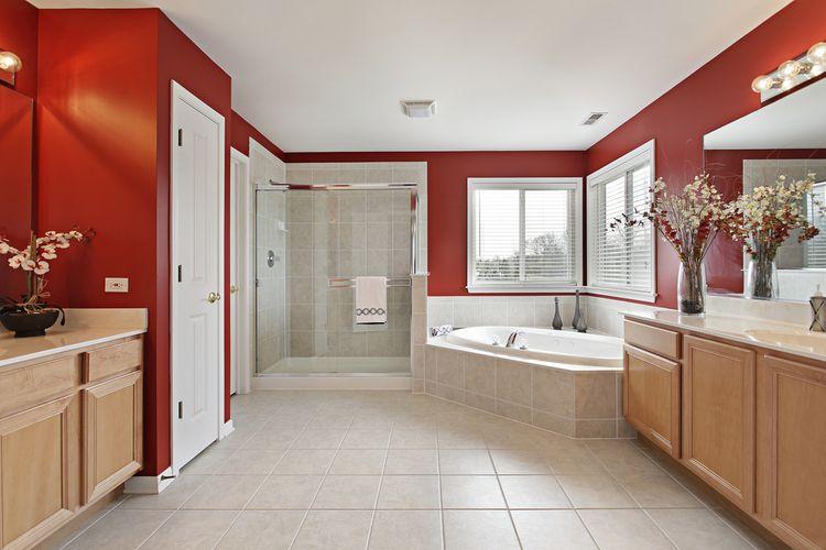 Červené steny v kúpeľni