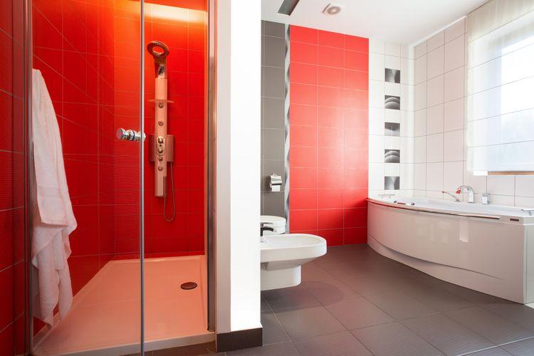 Červeno-biela kúpeľňa