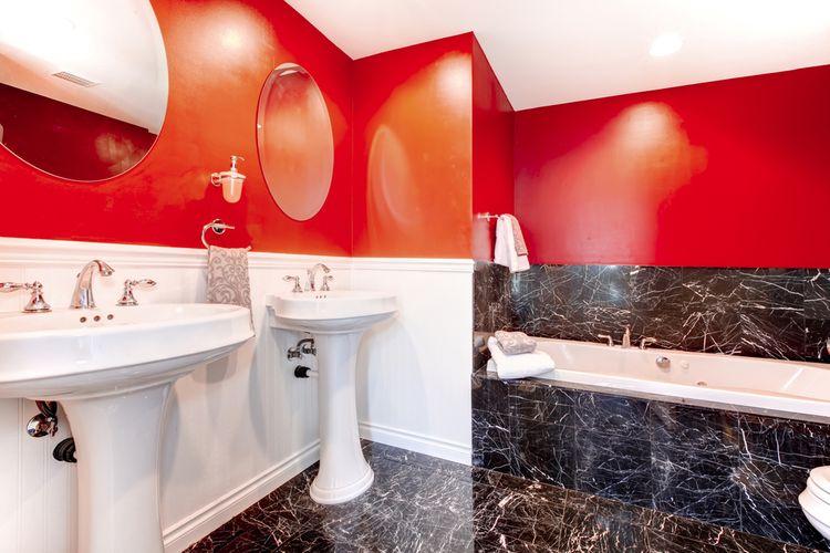 Červeno-čierna kúpeľňa