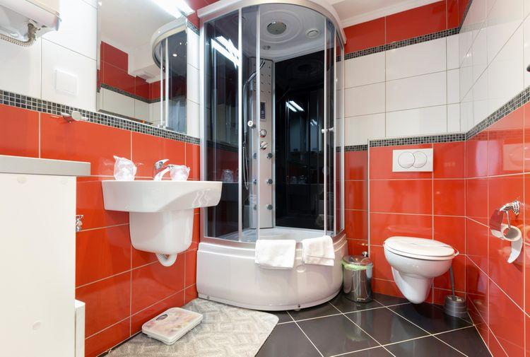 Kúpeľňa s červenými kachličkami