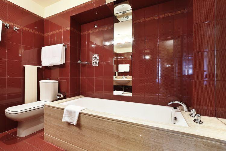 Tmavočervené steny v kúpeľni