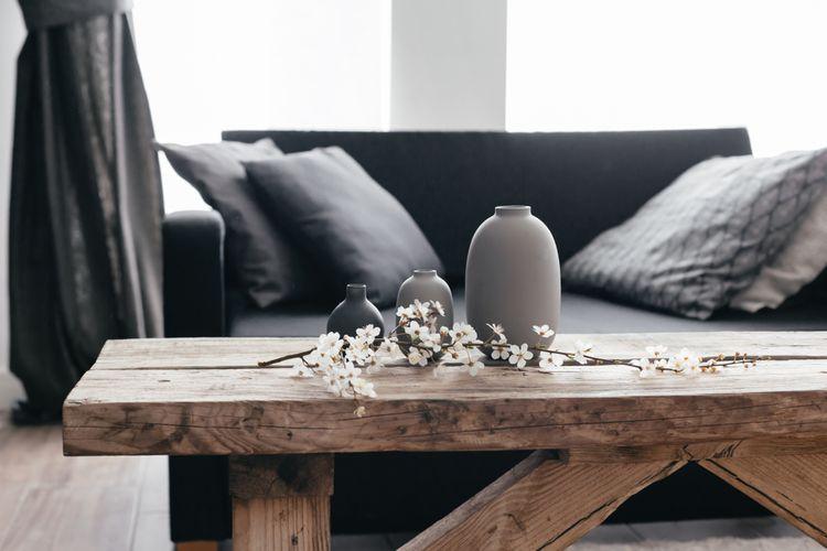 Čierny gauč a drevený stolík
