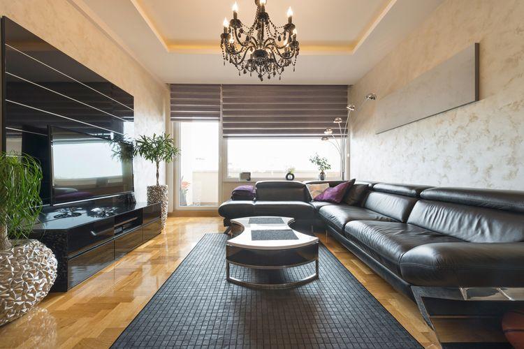 Veľký čierny gauč
