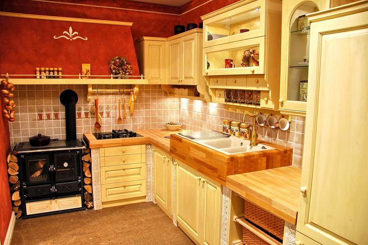 Drevená žltá kuchyňa