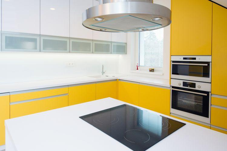 Kuchyňa so žltou linkou