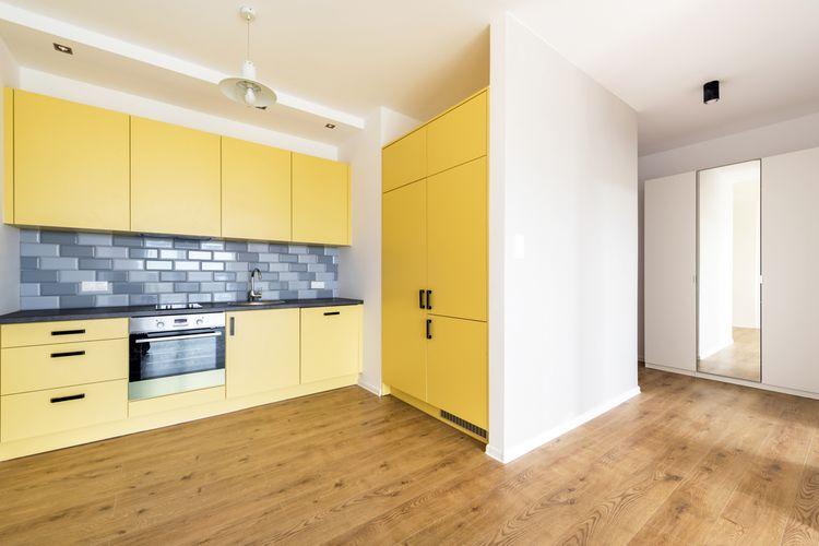 Žltá kuchyňa s modrým obložením