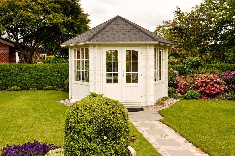 Uzatvorený biely záhradný altánok