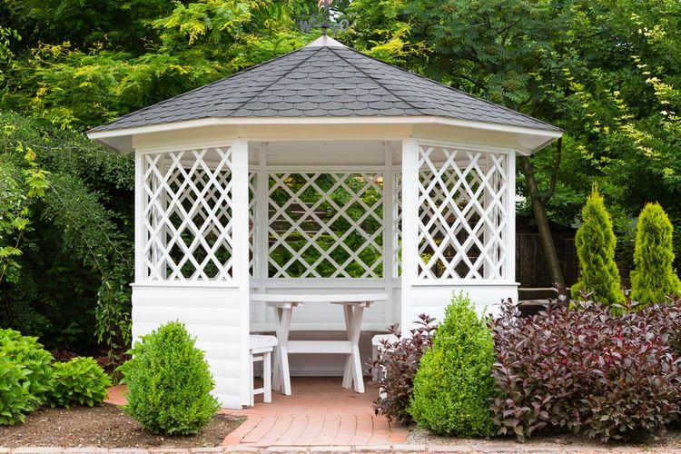 Biely záhradný altánok