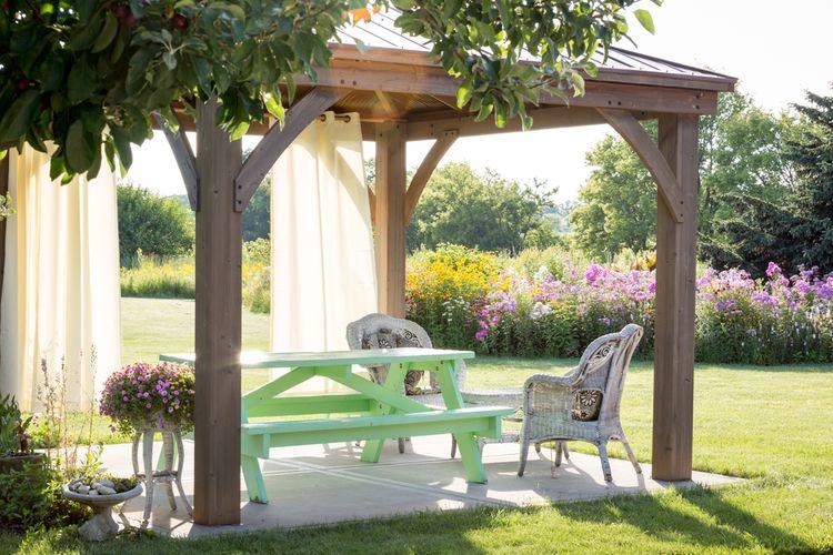 Otvorený záhradný altánok so sedením