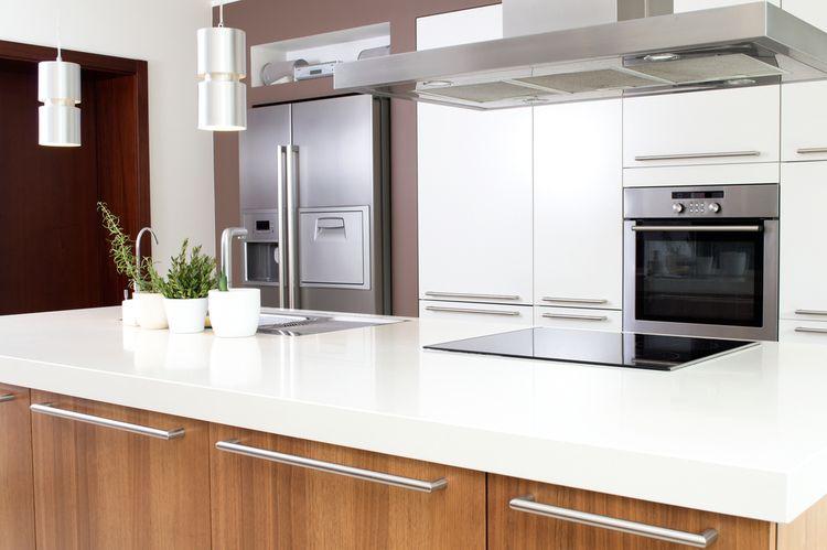 Biela kuchyňa s hnedým kuchynským ostrovčekom