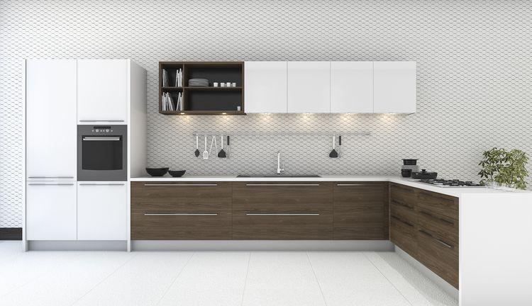Biela kuchyňa s hnedými dvierkami