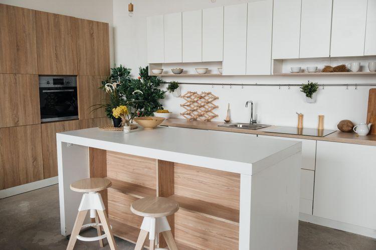 Bielo-hnedá kuchyňa s ostrovčekom