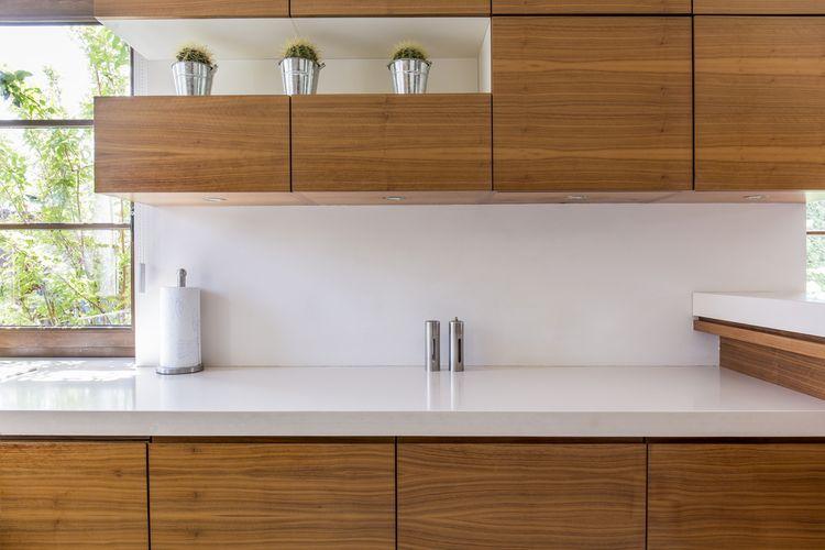 Hnedá kuchyňa s bielou pracovnou doskou