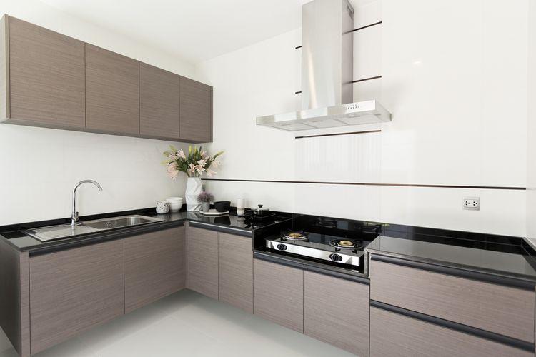 Hnedá kuchyňa s bielymi stenami