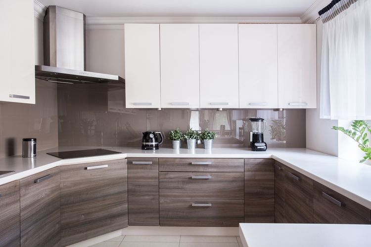 Hnedé spodné a biele vrchné kuchynské skrinky