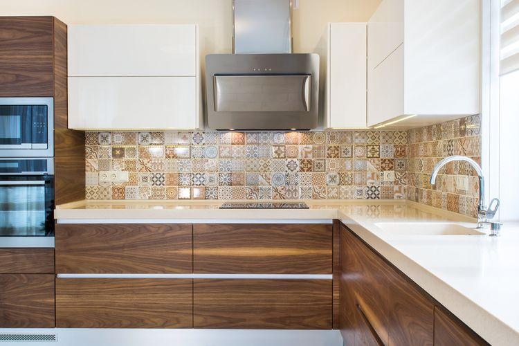 Hnedo-biela kuchyňa so vzorovaným obložením