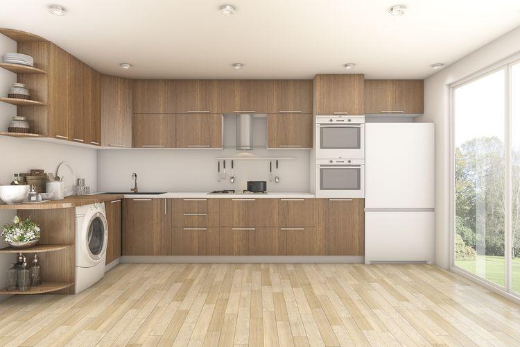 Hnedá kuchyňa s bielou chladničkou
