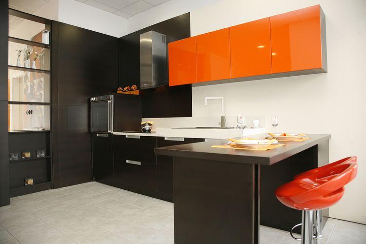 Hnedo-oranžová kuchyňa