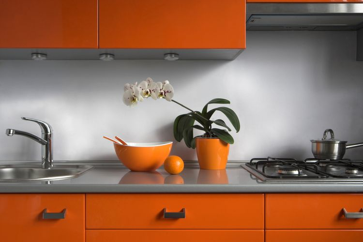 Oranžová kuchyňa s doplnkami