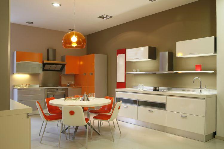 Oranžovo-biela kuchyňa