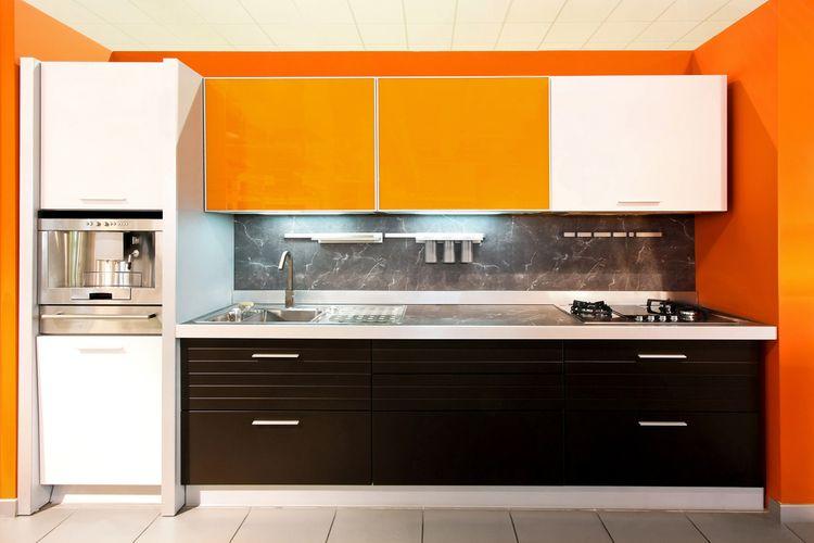 Oranžovo-bielo-hnedá kuchyňa