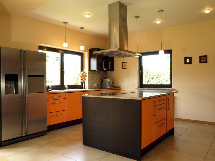 Oranžovo-hnedá kuchyňa s ostrovčekom
