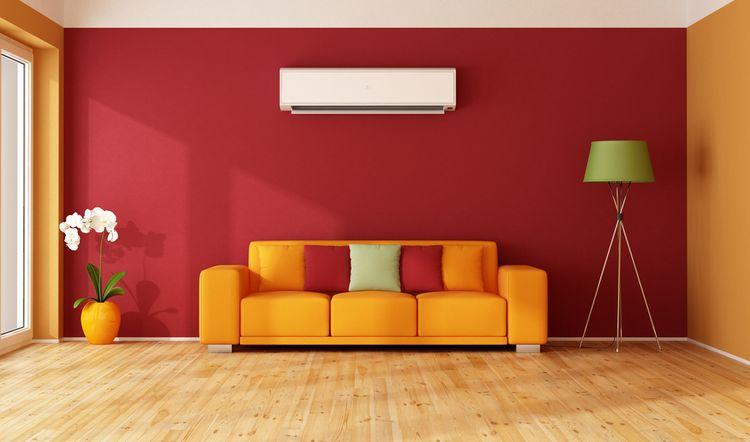 Obývačka s červenou stenou a žltým gaučom