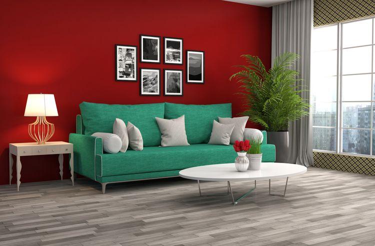 Zelený gauč a červená stena v obývačke