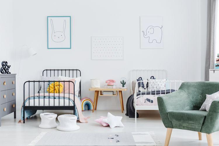 Detská izba pre dievča s bielou stenou