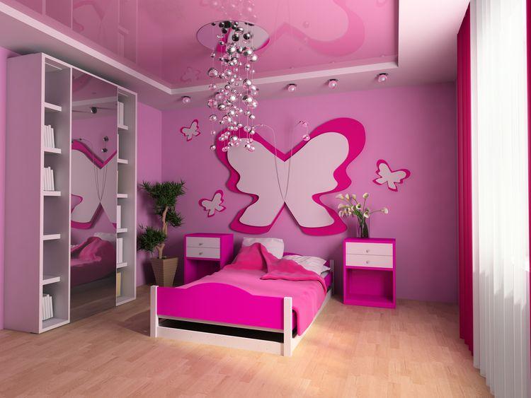Ružová detská izba s motýľom na stene