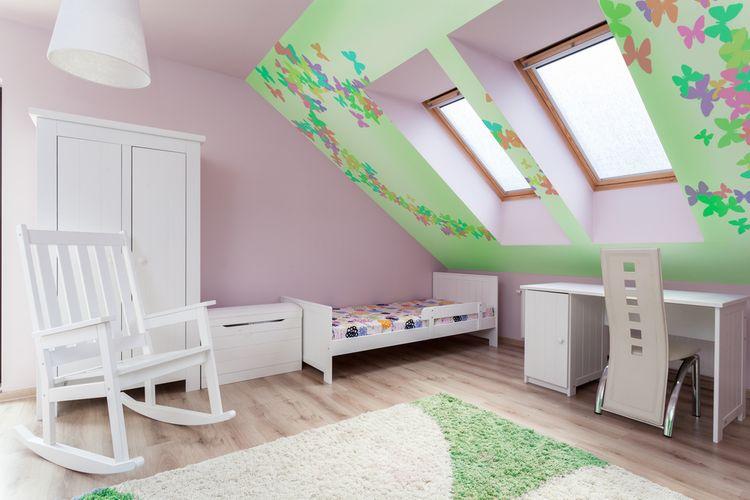 Podkrovná detská izba s bielym nabytkom a ruzovymi stenami