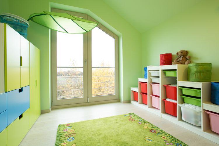Detská izba  so zelenými stenami a kobercom