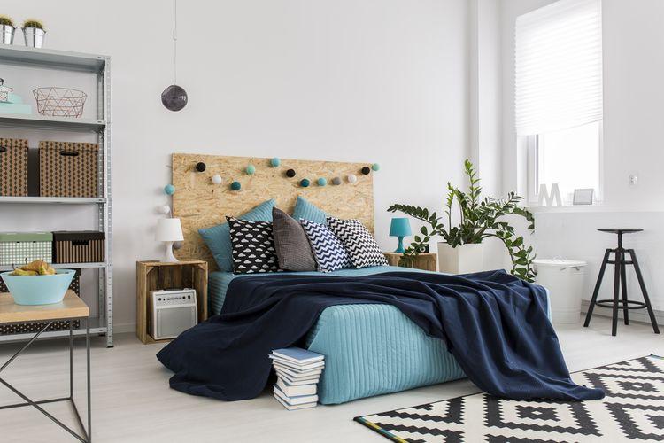 Modrá posteľ s korkovým záhlavím