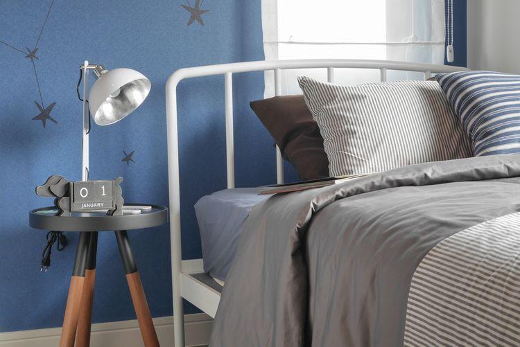 Spálňa s modrou stenou a hviezdami