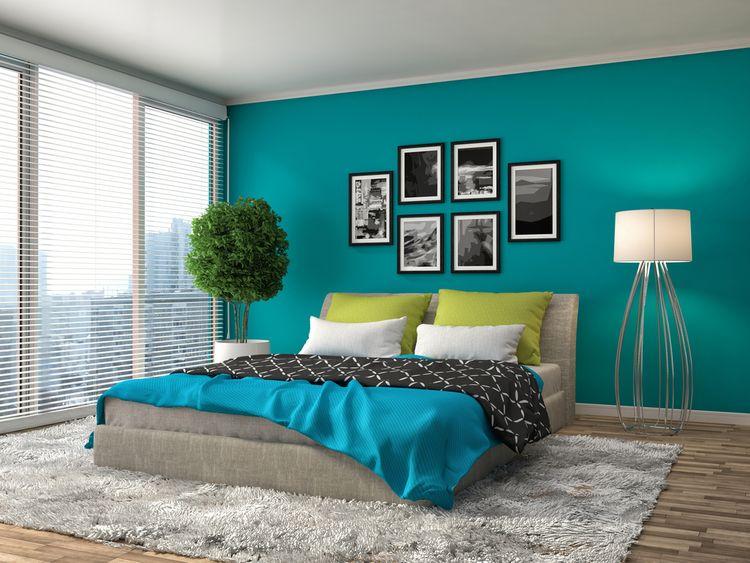 Spálňa s tyrkysovou stenou