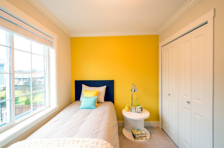 Moderná žltá spálňa