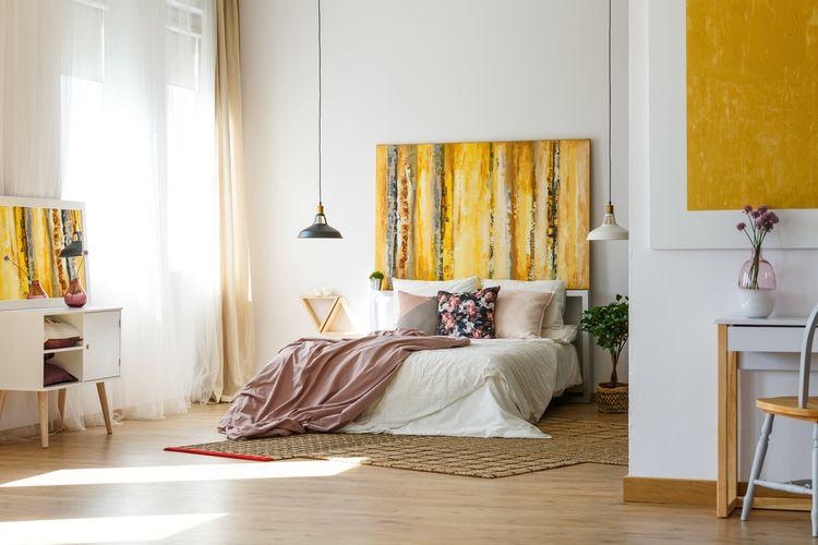 Spálňa so žltými detailmi