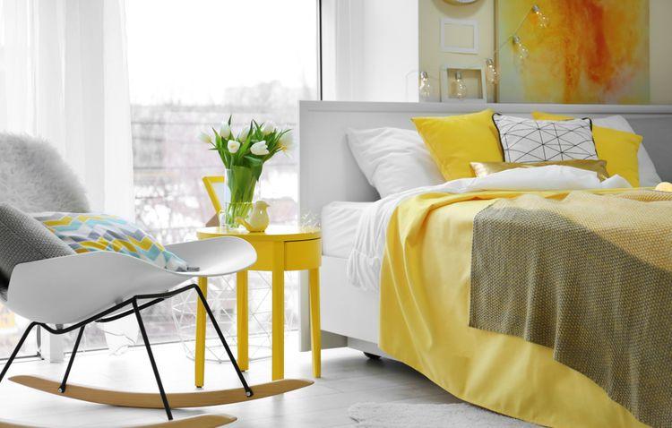 Žltá spálňa s hojdacím kreslom