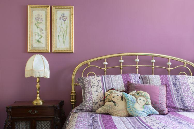 Fialová stena v spálni