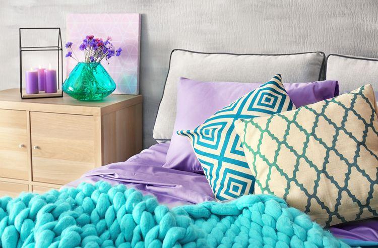 Fialové detaily v spálni