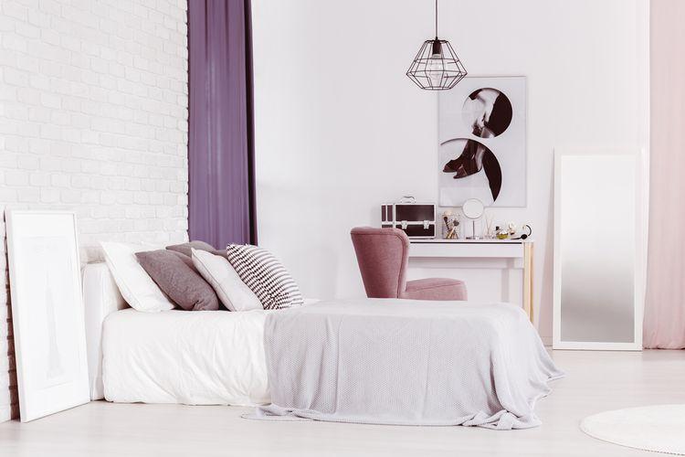 Fialové závesy v spálni