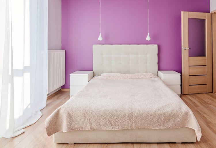 Spálňa s fialovou stenou