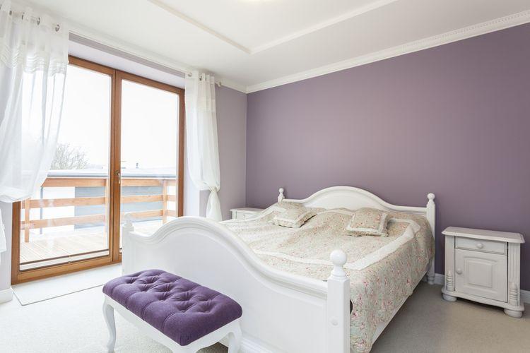 Spálňa s fialovými detailmi