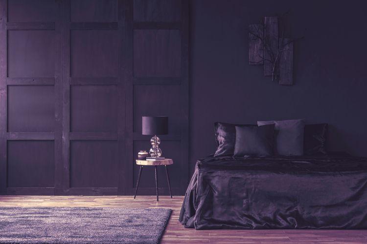 Tmavofialová spálňa