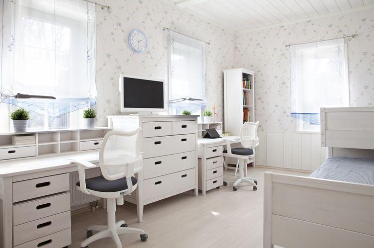 Biela detská izba so stolíkom