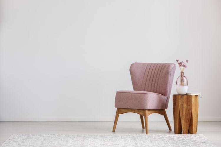 Váza na drevenom stolíku