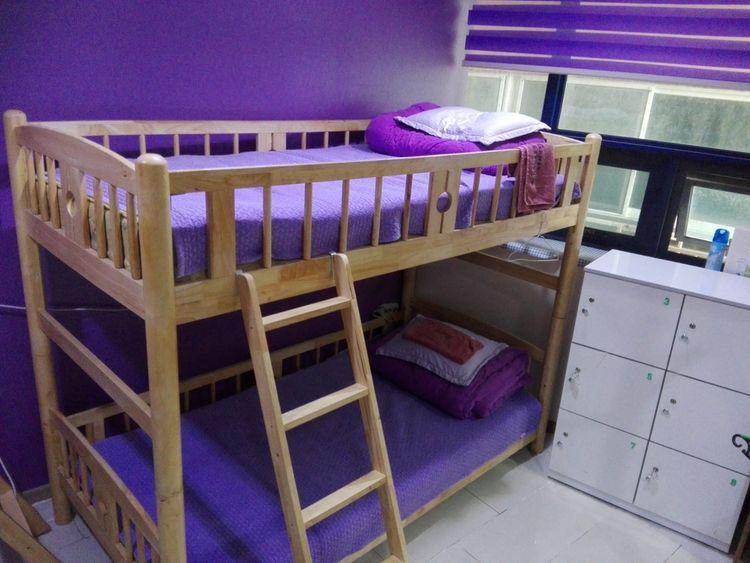 Drevená poschodová posteľ vo fialovej izbe