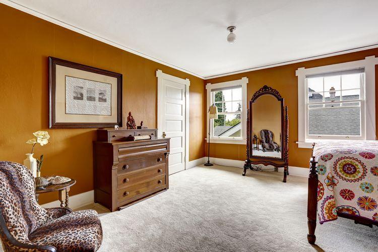 Hnedá spálňa so zrkadlom