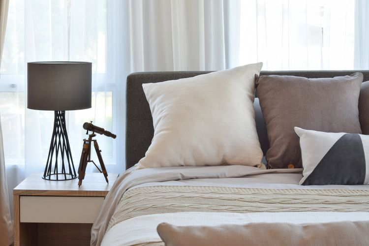 Spálňa s hnedými detailmi