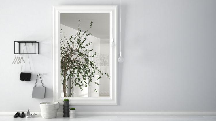 Zrkadlo s bielym rámom v predsieni